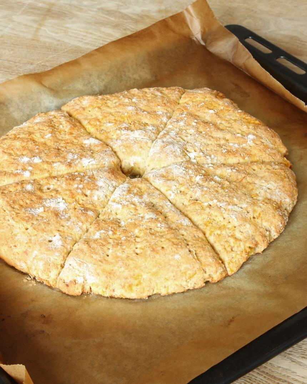 6. Grädda brödet mitt i ugnen i 13–15 min. Låt det svalna på plåten.