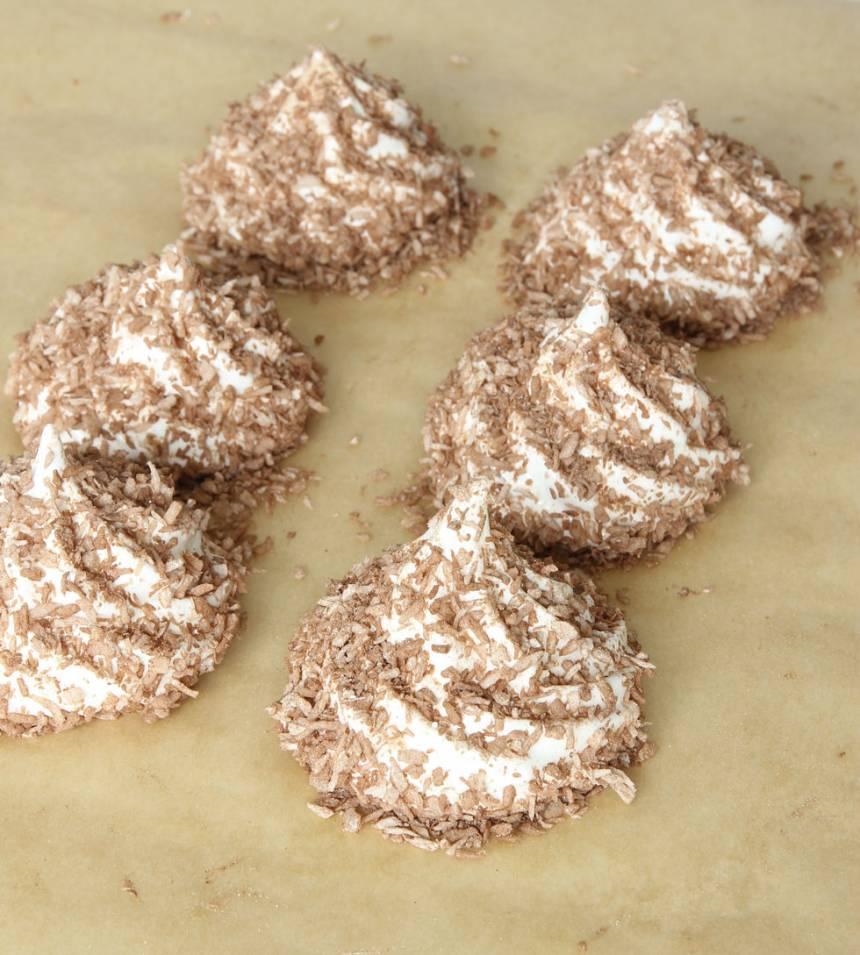 7. Strö över kokosblandningen. Låt skumtopparna stå i kylen och stelna i ett par timmar. Förvara dem övertäckta i kylskåpet.