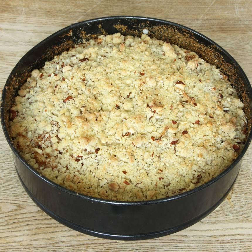 8. Grädda kakan längst ner i ugnen i 38–45 min. Låt den svalna i formen innan du skär den i bitar med en kniv. Servera gärna med vaniljsås eller vispgrädde eller ät den i bitar som den är.