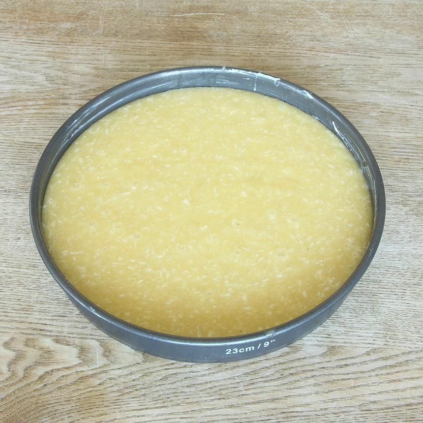 2. Häll smeten i en smord och bröad springform, 23-24 cm i diameter.