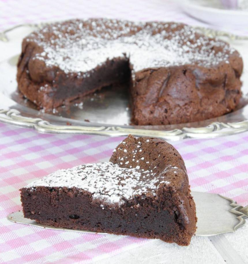 Baka en ljuvligt god chokladtårta med bara 2 ingredienser –klicka här för recept!