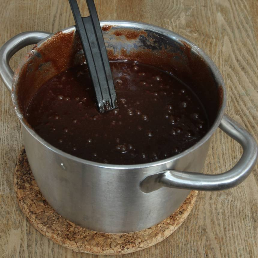 1. Sätt ugnen på 180 grader. Smält smöret i en stor kastrull. Tillsätt strösockret och blanda. Låt det svalna. Rör ner ägg, vaniljsocker, salt och kakao. Blanda sist i vetemjölet och rör om till en slät smet.