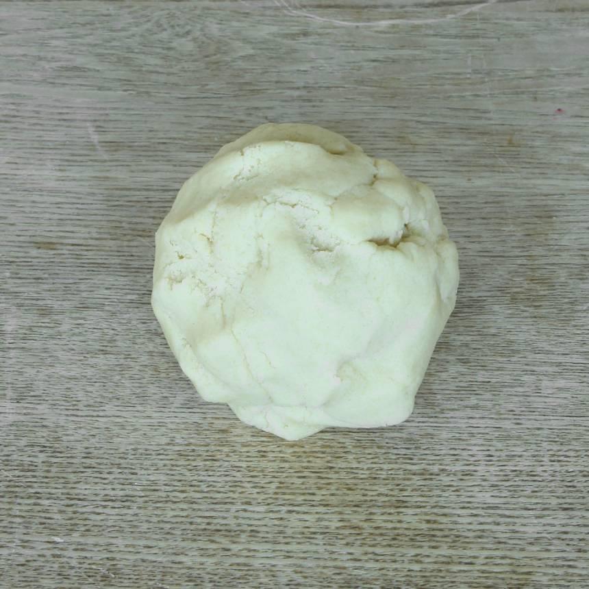 1. Sätt ugnen på 180 grader. Blanda ihop smör och strösocker till en mjuk massa i en skål. Blanda ihop de torra ingredienserna och rör ner dem och sirapen i smörblandningen. Arbeta snabbt ihop allt till en deg.