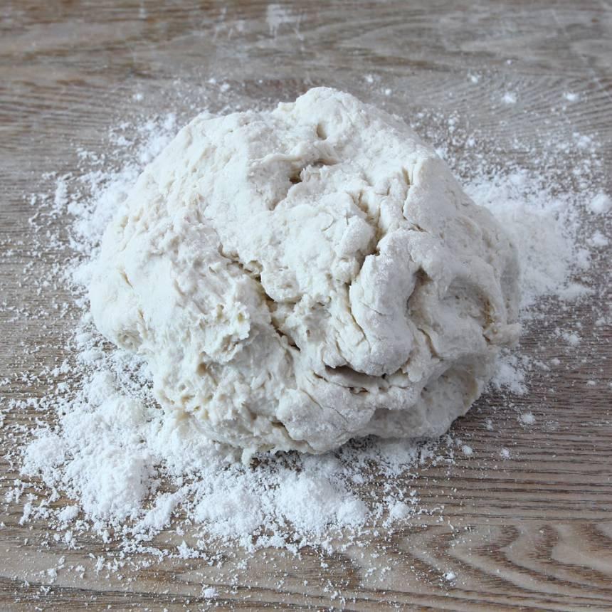 1. Nyp ihop smöret med de torra ingredienserna. Tillsätt filmjölken och blanda ihop allt till en kladdig deg. Rulla den kladdiga degen ett varv i vetemjöl så den inte klibbar fast på bordet och i händerna.
