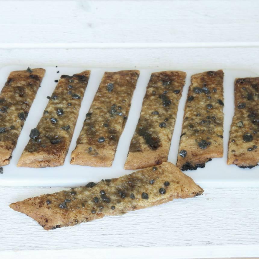 4. Grädda längderna mitt i ugnen i ca 15 min. Skär längderna i sneda snitt och strö över resten av godiskrosset medan de fortfarande är varma. Låt dem kallna på plåten före servering.