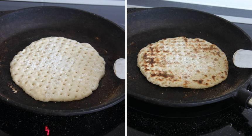 5. Värm upp en stekpanna, helst i gjutjärn på hög medelvärme. Pudra lite vetemjöl i stekpanna (det ska inte vara något fett i den). Vänd brödet när det får bruna fläckar, ca 1 ½ min per sida. Anpassa värmen hela tiden så att brödet inte bränns. Tänk på att värmen varierar på olika spisar och då kan gräddningstiden, den kan variera några sekunder eller någon minuter mer eller mindre.