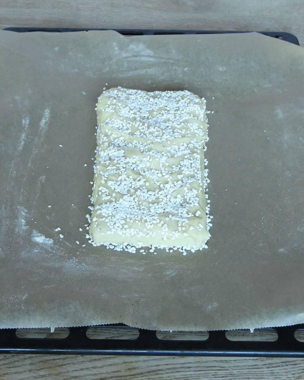 5. Strö över pärlsocker och tryck till lite så det fastnar på ytan.