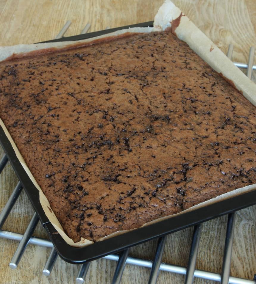 5. Grädda kakan längst ner i ugnen i 32–38 min beroende på hur kladdig du vill ha den. Låt den kallna i formen. Servera gärna med lättvispad grädde.