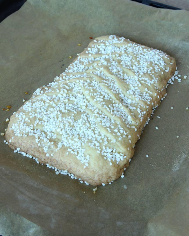 6. Gräddan kakan mitt i ugnen i 22–25 min. Låt den svalna på plåten.