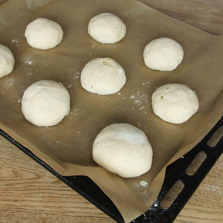 6. Lägg bollarna på en plåt med bakplåtspapper. Låt dem jäsa under bakduk i ca 20 min. Sätt ugnen på 250 grader.