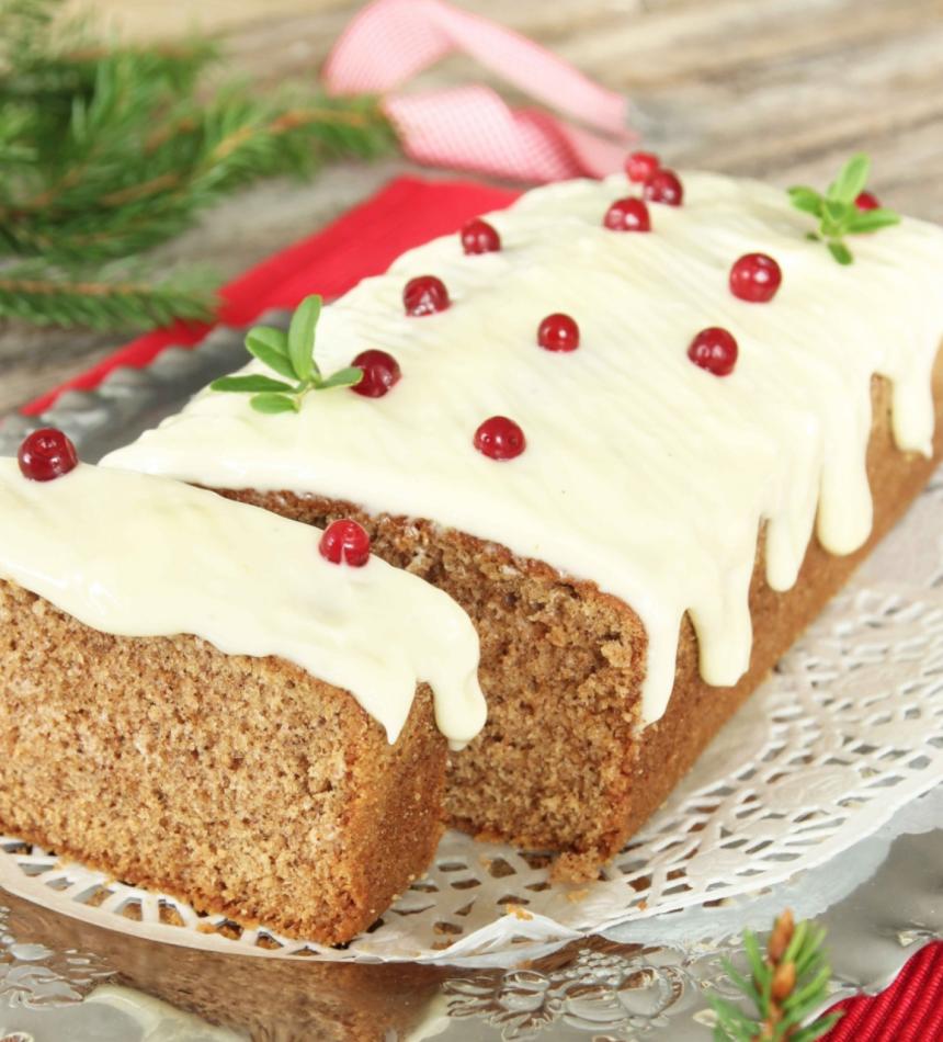 Baka en mjuk pepparkaka i limpform med härlig, krämig frosting på toppen – klicka här för recept!