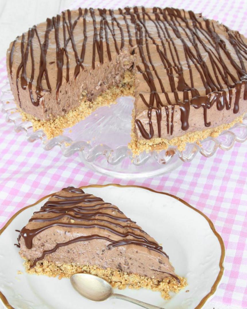 Krämig chokladmoussetårta med smulig botten –klicka här för recept!