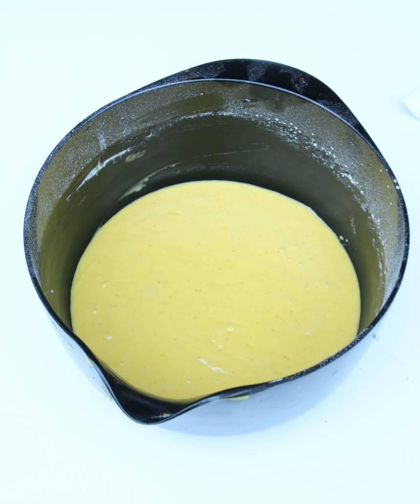 1. Sätt ugnen på 175 grader. Vispa strösocker och ägg pösigt i en bunke. Blanda saffranet i smöret och rör ner det och mjölken i äggsmeten. Blanda bakpulver och vetemjöl och vispa ihop det med de övriga ingredienserna till en slät smet.