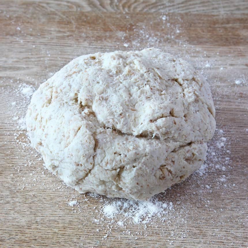 1. Sätt ugnen på 250 grader. Blanda bakpulver, salt, grahamsmjöl och vetemjöl i en bunke. Tillsätt smöret och nyp ihop det ordentligt med mjölblandningen. Häll ner filmjölken och blanda ihop allt till en lite kladdig deg.