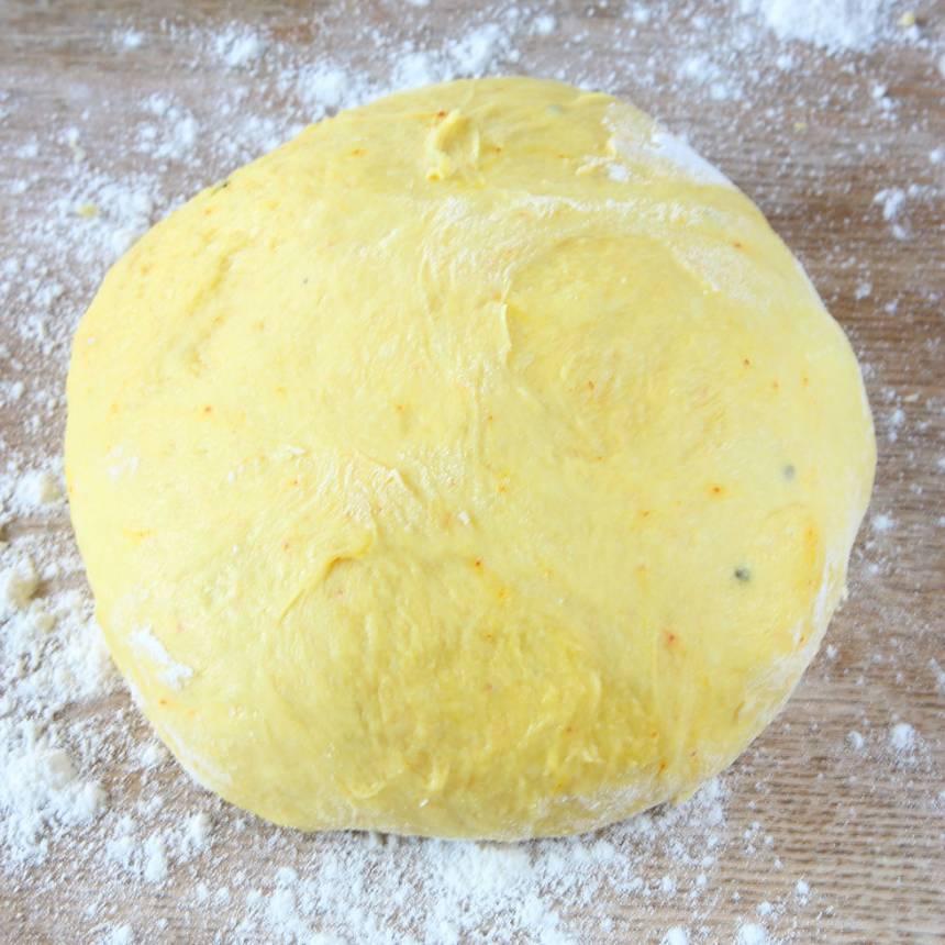 1. Mortla saffran och strösocker. Smula ner jästen i en bunke. Tillsätt mjölken och blanda tills jästen lösts upp. Tillsätt saffran, strösocker, kardemumma, salt, ägg, smör och vetemjöl, lite i taget. Knåda degen i några minuter. Låt den jäsa under bakduk i ca 50 min.