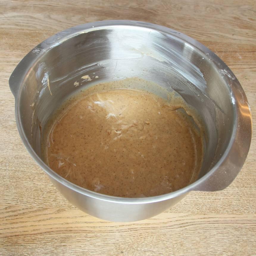 2. Vispa ägg och strösocker pösigt i en bunke. Tillsätt filmjölk, smörblandningen och vetemjöl blandat med bikarbonat. Rör snabbt ihop allt snabbt till en slät smet.