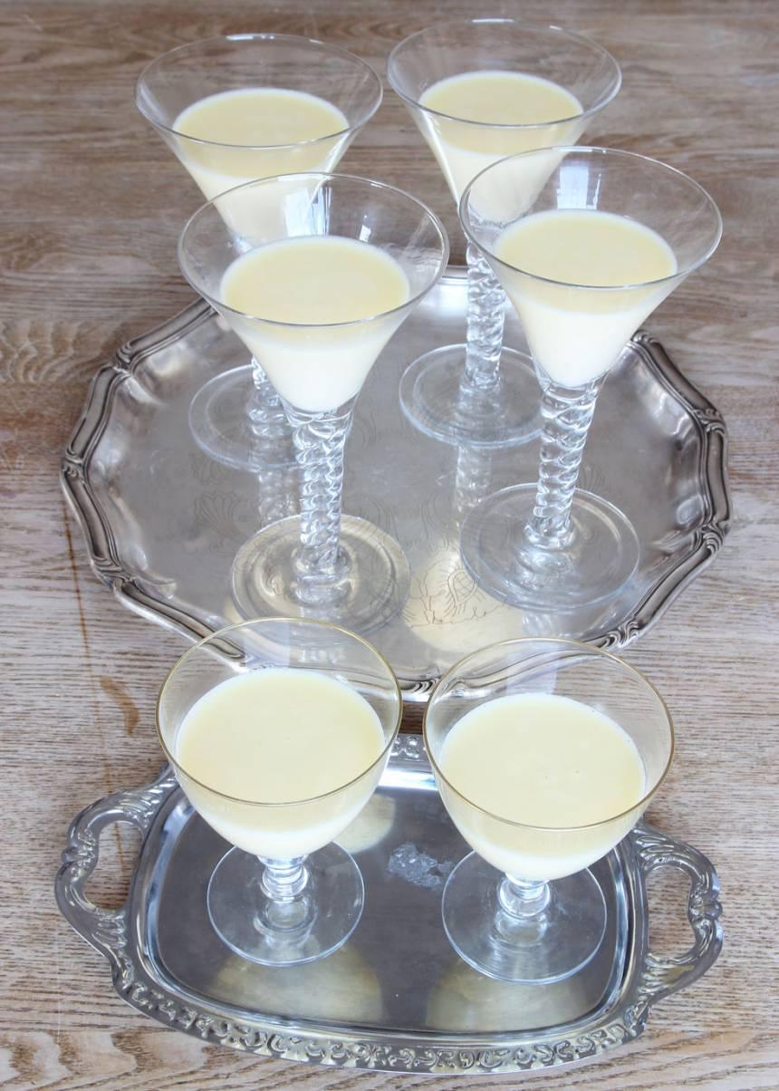 3. Häll upp gräddblandningen i ca 6 dessertglas. Låt dem stå i kylen och stelna i ca 2 tim.