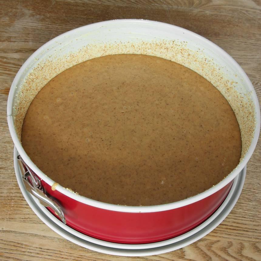 3. Häll smeten i en smord och bröad springform eller sockerkaksform, ca 1 ½ liter.