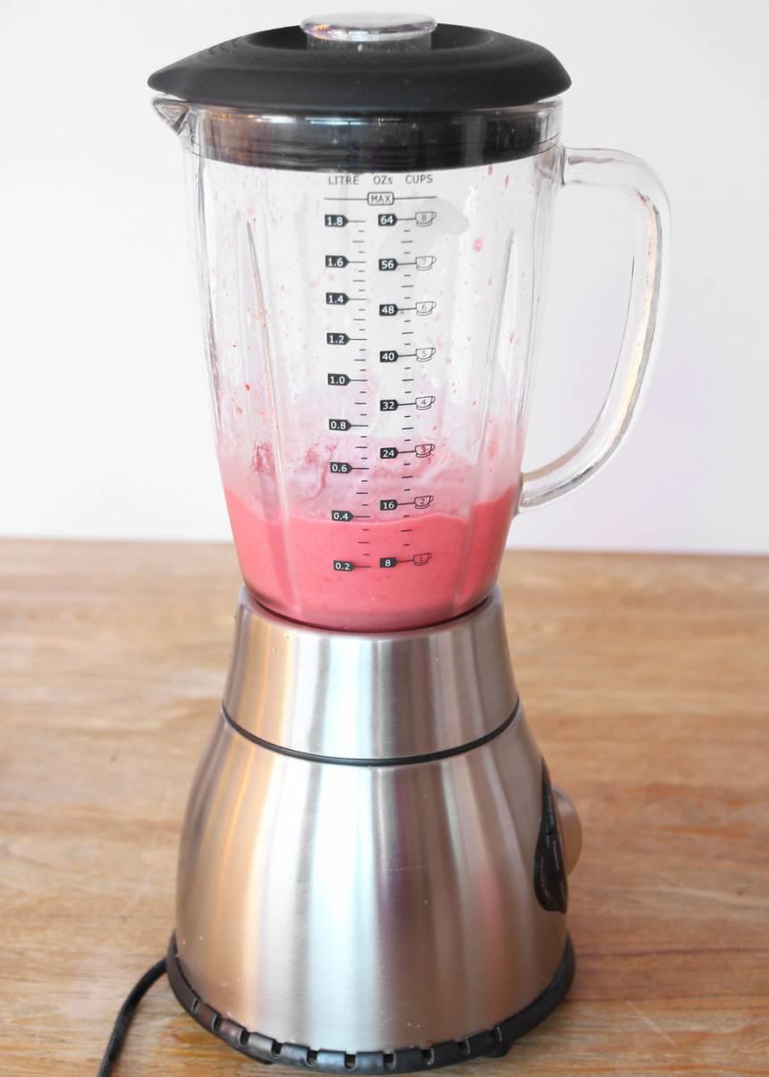 3. Mixa alla ingredienserna till en slät glass. Ät glassen direkt eller täck den med plastfolié om du fryser in den. Den är allra godast och krämigast när den är nygjord. Tänk på att den smälter snabbt!