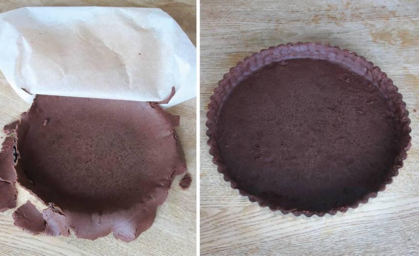 3. Lägg degen över pajformen, 24–25 cm i diameter och tryck ut den i hörnet. Jämna till kanterna.