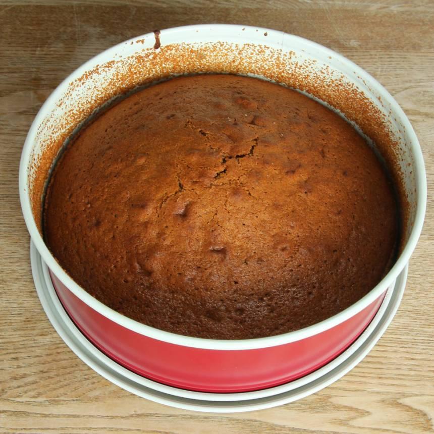 4. Grädda kakan längst ner i ugnen i 35–38 min. Låt den svalna i formen innan du stjälper upp den på en tallrik.
