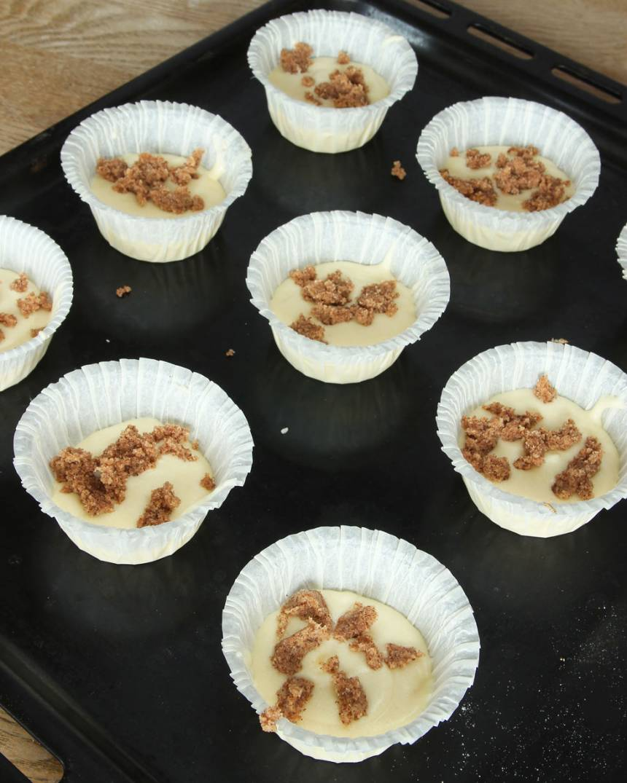 4. Fördela ut smörblandningen på ovanpå smeten i muffinsformarna.