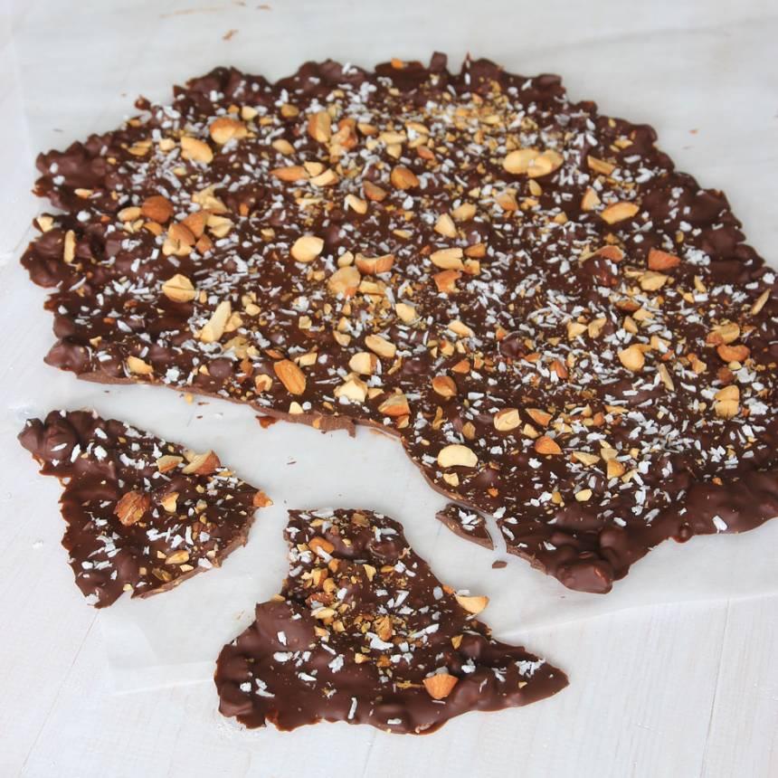 7. Låt chokladen stelna i kylen. Förvara bräcken i kylen för den kan mjukna i rumsvärme.