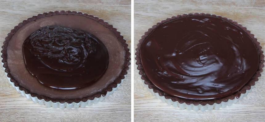 8. Häll chokladganachen över kolasåsen. Låt den stelna i kylen i ett par timmar.
