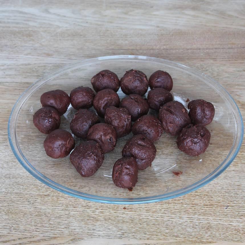 5. Forma runda bollar av chokladsmeten (ta gärna hjälp av två teskedar). Ställ dem i kylen en stund.