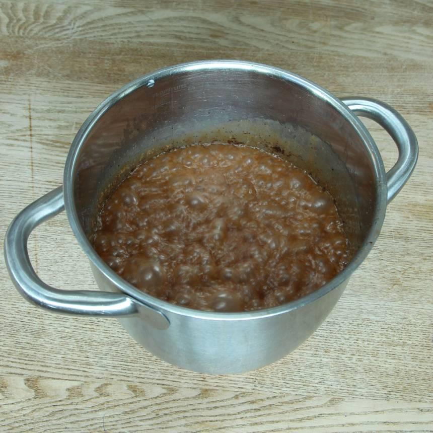 1. Smält smöret i en kastrull. Tillsätt strösocker, vispgrädde, sirap, kakao, pepparkakskrydda och salt. Koka upp och låt det puttra på medelvärme till ca 125 grader (det tar 20–30 min beroende på temperatur). Rör om emellanåt. Stäng av värmen och tillsätt ättikspriten när temperaturen har nått 125 grader, rör om i ca ½ min.