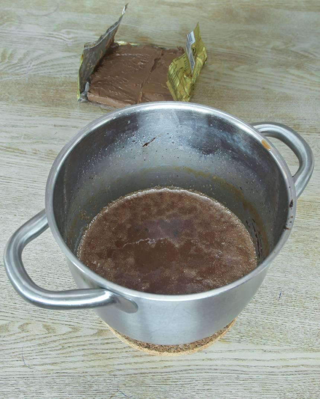 1. Koka upp vispgrädde, strösocker, sirap, smör och kakao i en kastrull på medelvärme tills massan håller ca 125 grader.