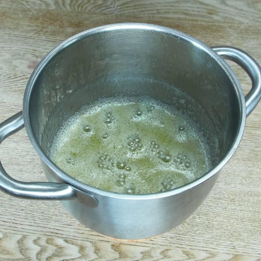1. Smält smöret i en kastrull. Tillsätt strösocker och vatten och låt det koka på medelvärme i 2 min.