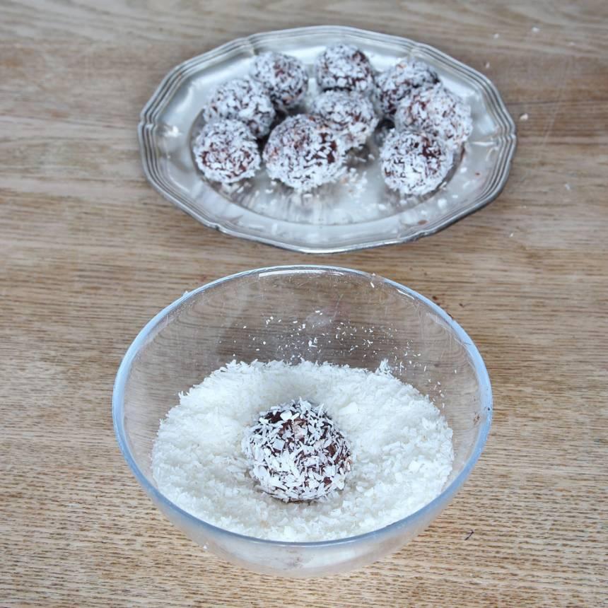 6. Rulla bollarna i kokos. Förvara dem i kylen i en burk med lock.