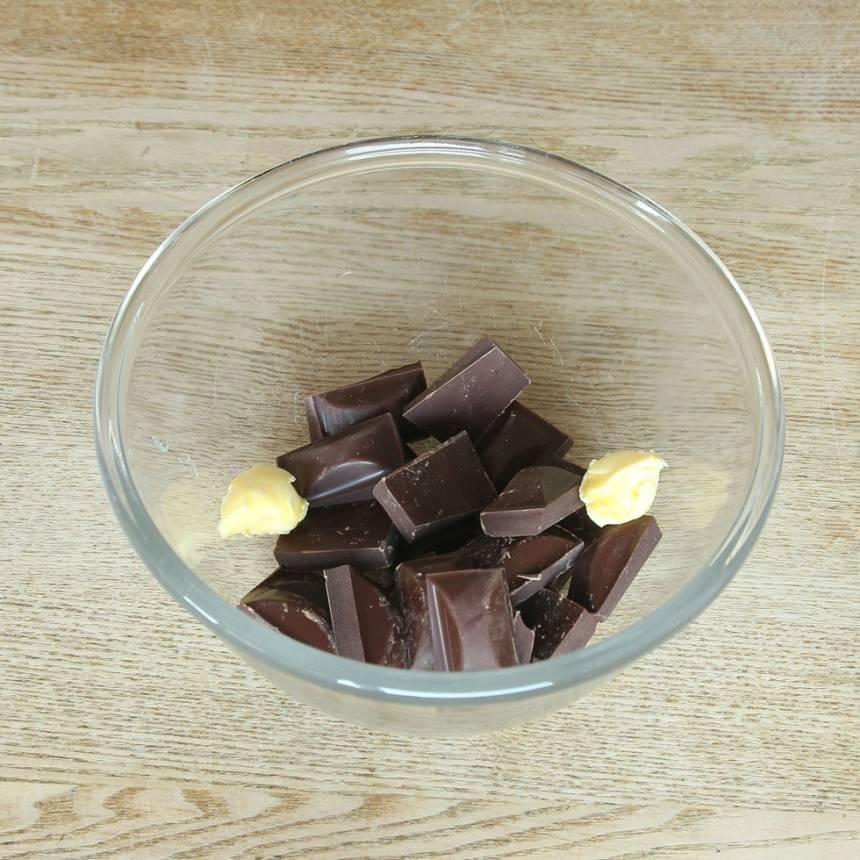 2. Bryt chokladen i bitar i en skål. Tillsätt smöret.