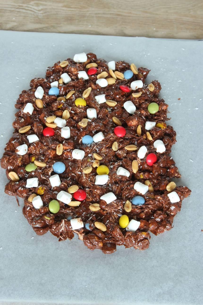 4. Strö över lite av ingredienserna på chokladen. Låt chokladen stelna i kylen. Bryt det i bitar vid servering.