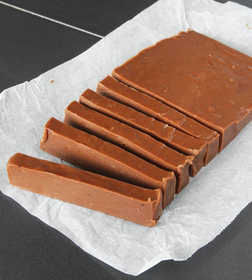 4. Skär fudgen i bitar med en vass kniv.