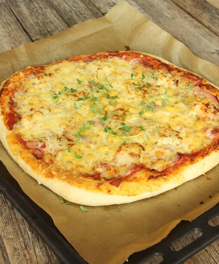 5. Grädda pizzan mitt i ugnen i 10–13 min. Håll koll så att den inte bränns på ytan.