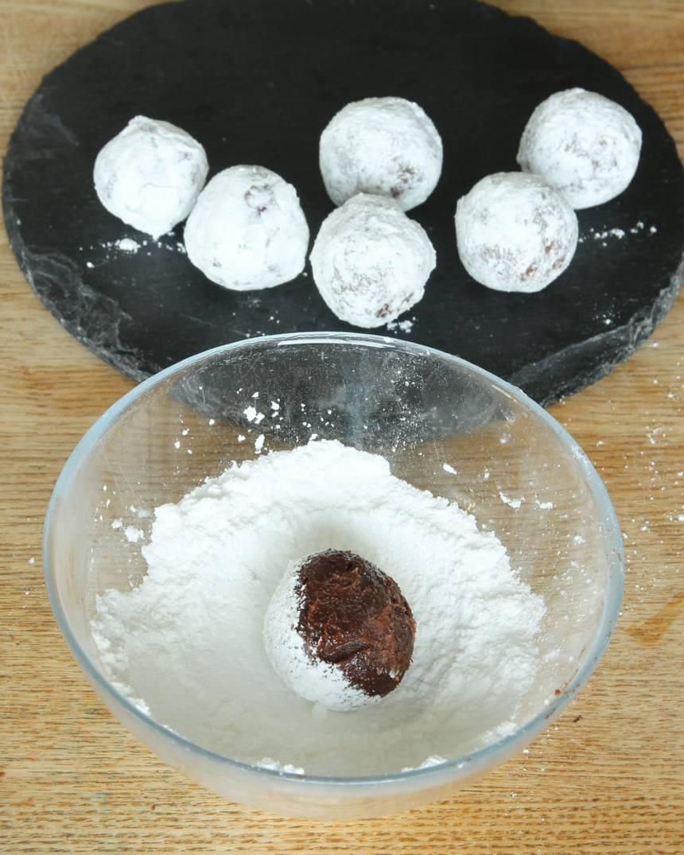 5. Forma runda bollar av chokladsmeten (ta gärna hjälp av två teskedar) och rulla dem i florsocker. Förvara dem i kylen i en burk med lock.