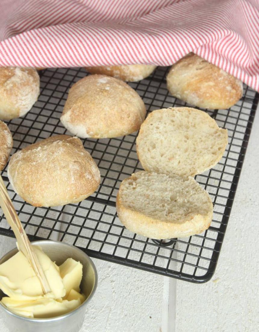 Baka knådfria, kalljästa frukostbullar –klicka här för recept!