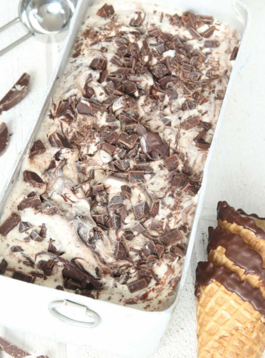 Krämig chokladglass med bara 3 ingredienser som görs utan glassmaskin –klicka här för recept!