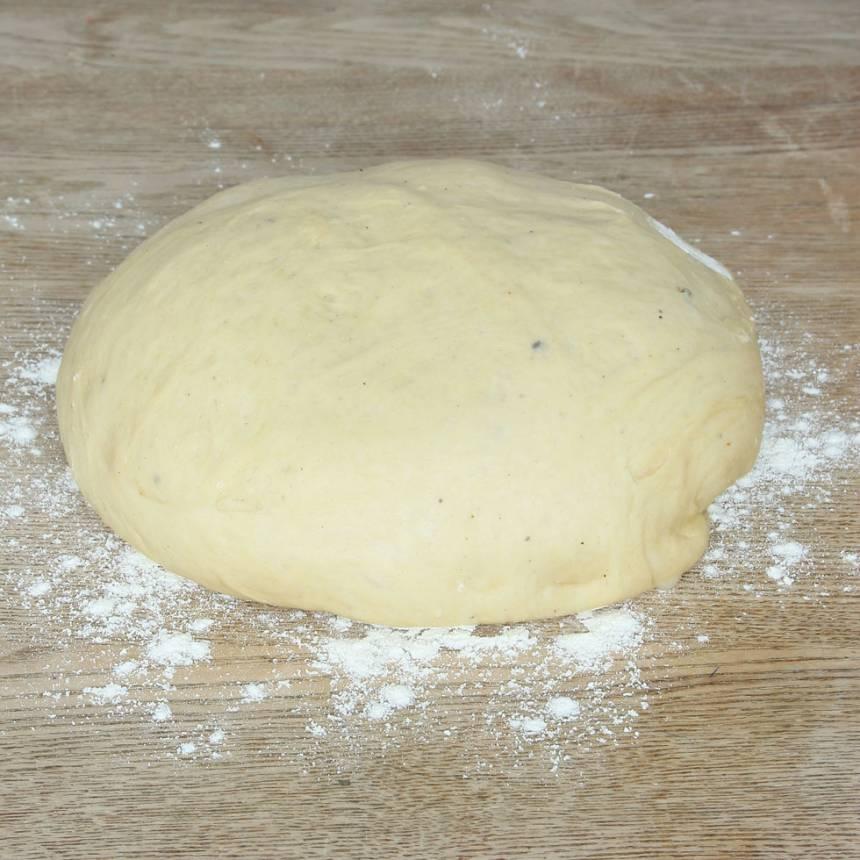 1. Smula ner jästen i en bunke. Tillsätt mjölk och vatten och blanda tills jästen lösts upp. Tillsätt salt, rapsolja och vetemjöl, lite i taget. Blanda ihop allt till en smidig deg och knåda den i några minuter. Låt degen jäsa under bakduk i ca 45 min.