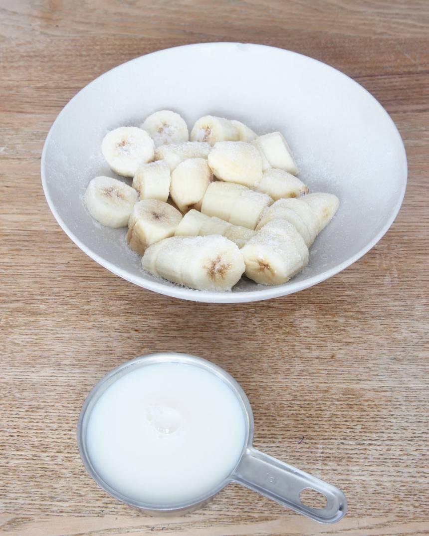 1. Skiva bananerna och frys in dem.