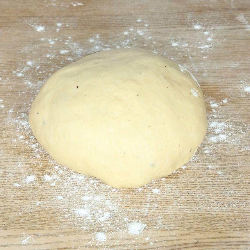 1. Smula ner jästen i en bunke. Tillsätt mjölk och rör om tills jästen lösts upp. Tillsätt ägg, strösocker, salt, kardemumma, smör och vetemjöl, lite i taget. Blanda ihop allt till en smidig deg och knåda den i några minuter. Låt degen jäsa under bakduk i 50–60 min.