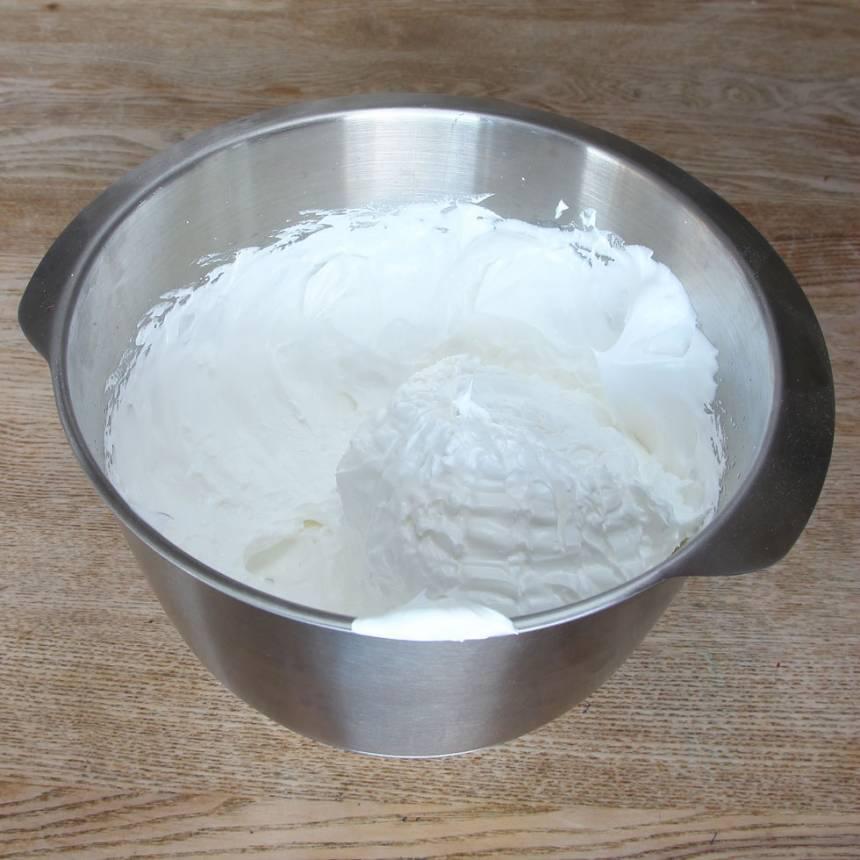 4. Vispa äggvitor och strösocker till en fluffig, vit och fast massa.