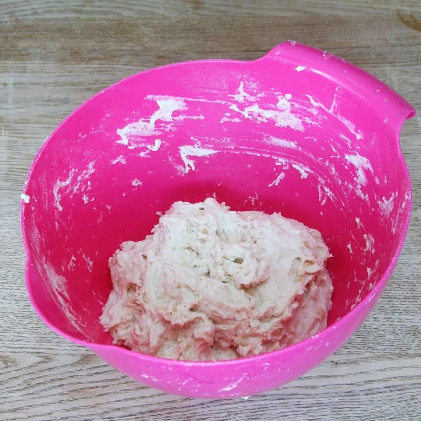 1. Sätt ugnen på 250 grader. Blanda vetemjöl, bakpulver och salt i en bunke. Blanda olja och mjölk och häll det över mjölblandningen. Rör ihop allt till en kladdig deg.