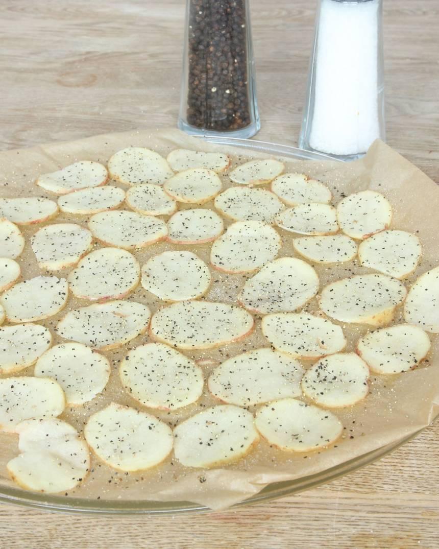 3. Lägg ut potatisarna på bakplåtspappret (de får inte överlappa varandra). Strö över salt och grovmalen peppar.