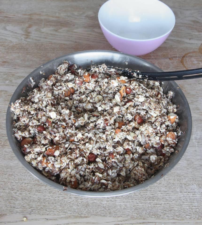 3. Häll vattenblandningen över de torra ingredienserna och blanda ordentligt.
