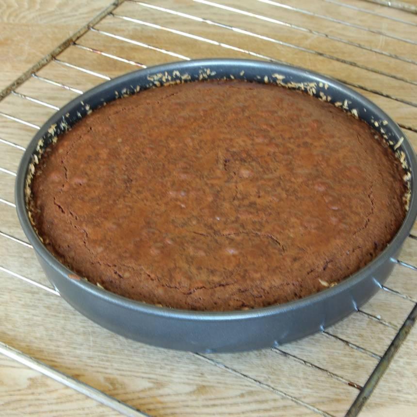 3. Grädda kakan mitt i ugnen i 22–30 min beroende på hur kladdig du vill ha den. Låt den svalna i formen. Pudra eventuellt över kakao eller florsocker före servering.