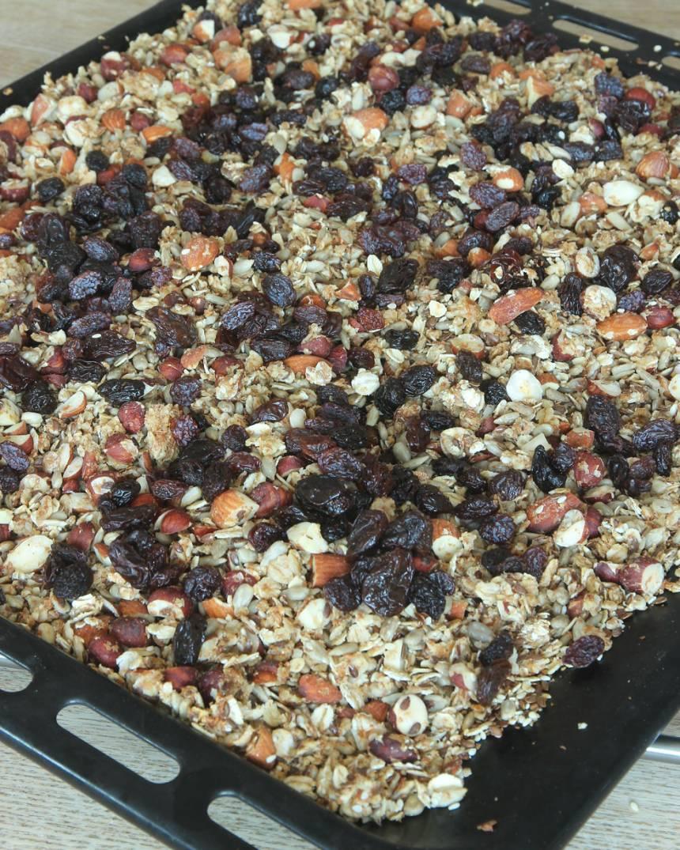 6. Blanda ner russin eller torkad frukt (frivilligt) när müslin kallnat. Förvara müslin i en bruk med tätslutande lock.