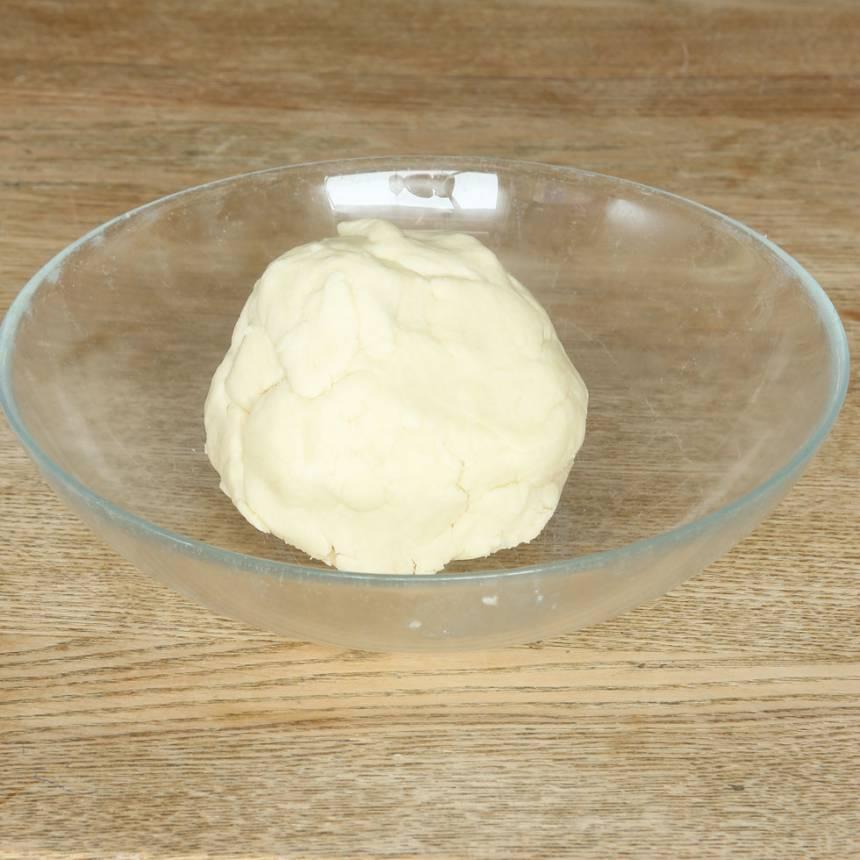1. Sätt ugnen på 175 grader. Blanda ihop smör, florsocker och vaniljsocker i en bunke. Tillsätt potatismjöl och vetemjöl, lite i taget, och blanda ihop allt till en smidig deg.